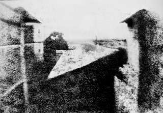 800px-View_from_the_Window_at_Le_Gras_Joseph_Nicéphore_Niépceekakuva1826